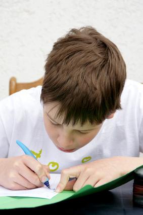 Kind und Hausaufgaben (Fotolia)