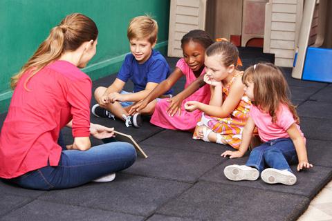 Gruppe Kinder redet über Buch im Kindergarten © Robert Kneschke